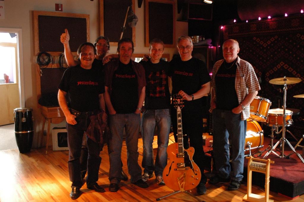 Gruppfoto på Yesterday i Rad Bank studion i New York (2009)